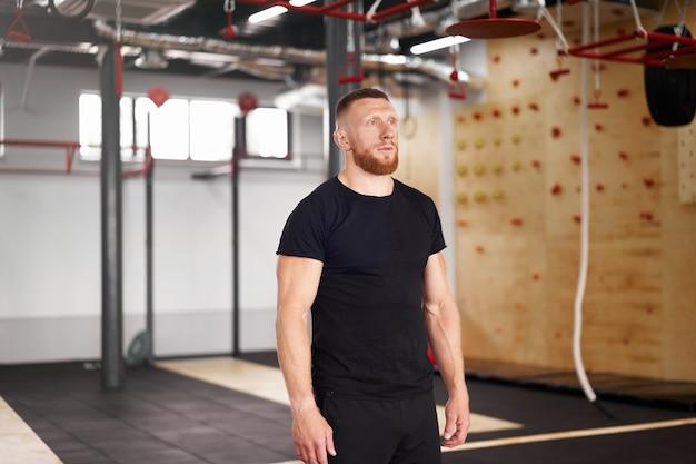 Athlète sportif homme gym