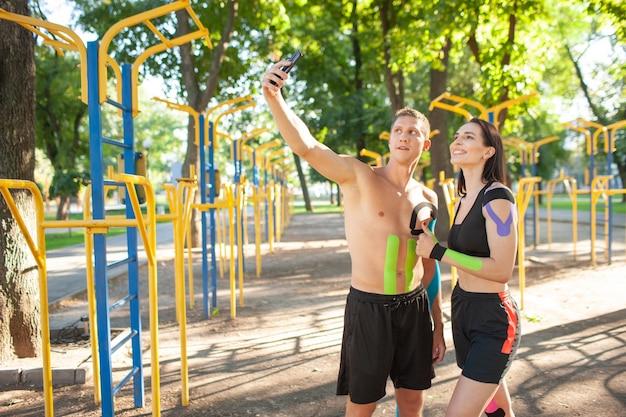 Athlètes caucasiens professionnels avec bande élastique de kinésiologie sur les corps