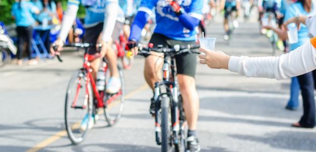 Les athlètes, les cyclistes ont de l'eau potable