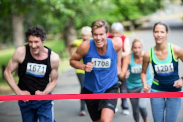 Les athlètes du marathon proches de la ligne d'arrivée