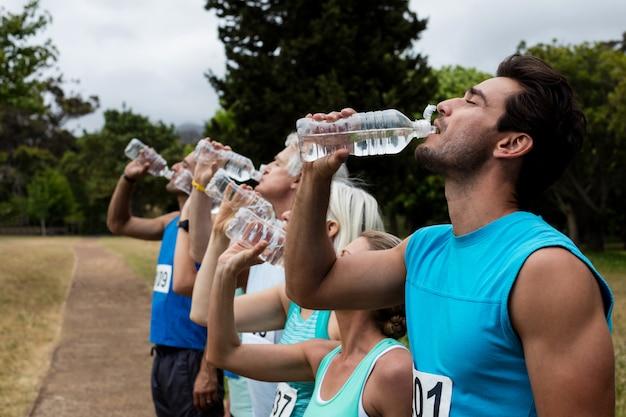 Athlètes de l'eau potable dans le parc