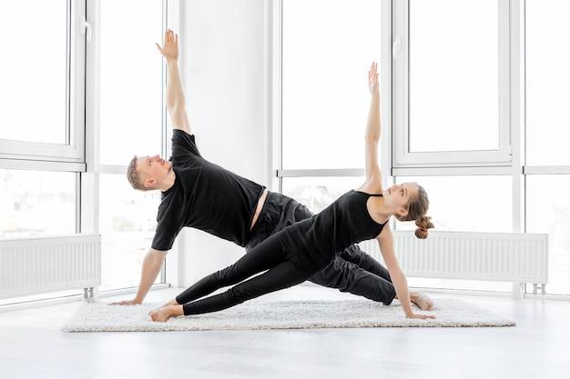 Athlètes effectuant un exercice de planche latérale
