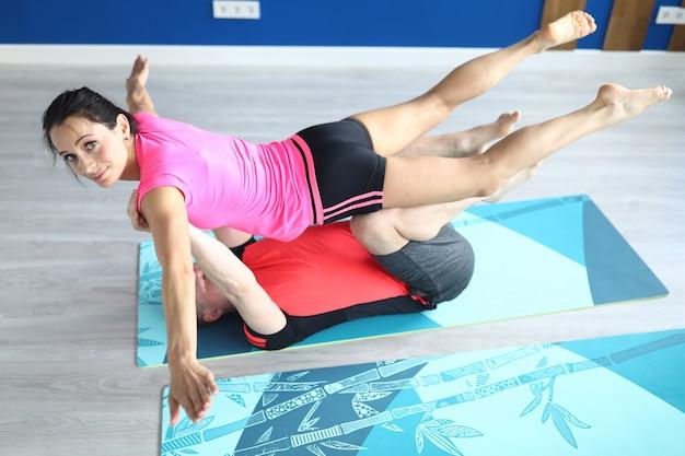 Les athlètes effectuent des exercices acrobatiques dans le gymnase