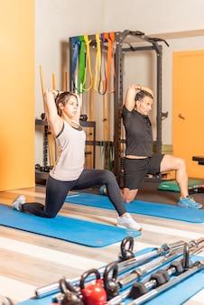 Athlètes faisant des étirements de triceps dans un club sain. concept d'exercice dans un club de santé.