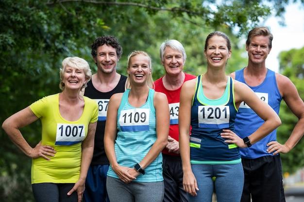 Athlètes marathon posant