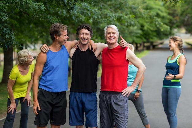 Athlètes marathoniens posant