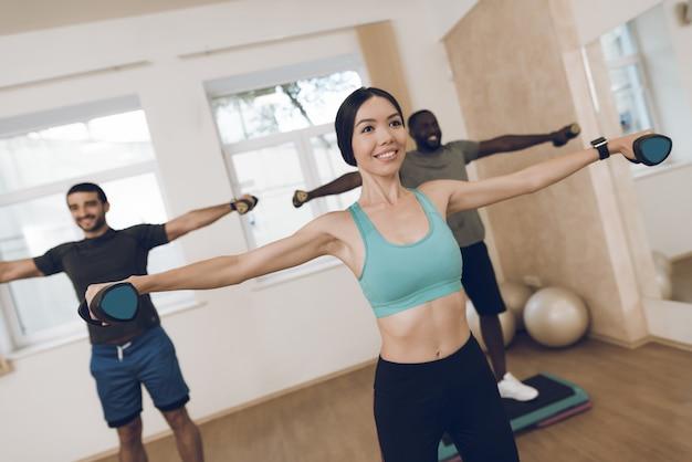 Les athlètes pratiquent la remise en forme dans la salle de sport moderne.