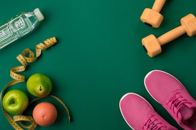 Athlètes avec vêtements féminins et bouteille d'eau sur fond vert