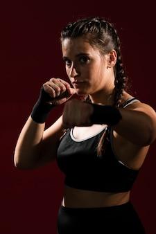 Athlétique femme en vêtements de fitness donnant un coup de poing