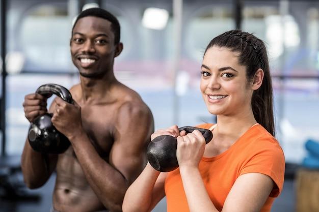 Athlétique homme et femme travaillant à la gym