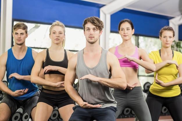 Athlétique hommes et femmes travaillant au gymnase