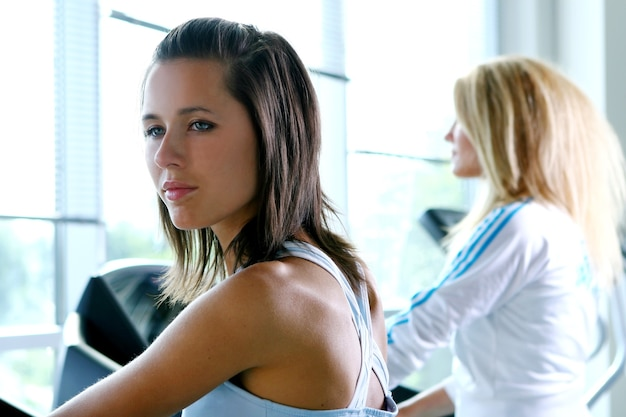Athlétique jeune femme au fitness traning