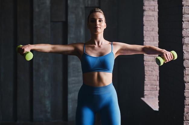 Athlétique jeune femme travaillant