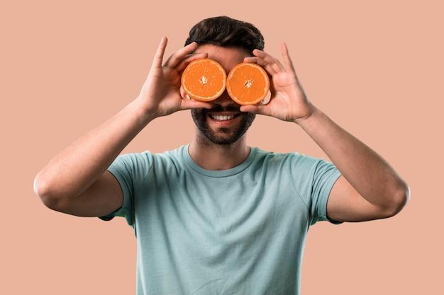 Athlétique jeune homme tenant une orange