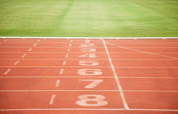 Athlétisme suivre les numéros de voie et l'herbe