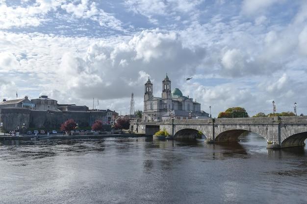 Athlone town - pont athlone et la rivière shannon. château d'athlone et église catholique saint-pierre-et-paul.