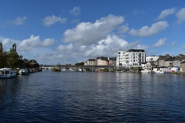 Athlone town - pont athlone et la rivière shannon. partie moderne de la ville.