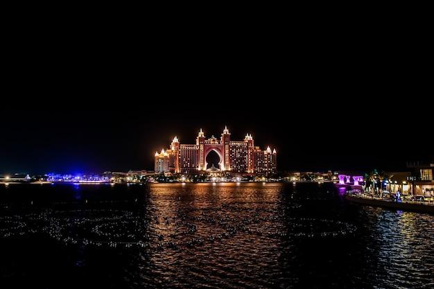 Atlantis, the palm, dubaï l'atlantis resort, hotel & theme park de plusieurs millions de dollars sur l'île palm jumeirah à dubaï, vue depuis la pointe de dubaï.