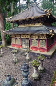 Atmosphère humide et pluvieuse à la place du célèbre sanctuaire toshogu à nikko, japon