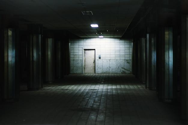Atmosphère mystérieuse souterraine de la gare.