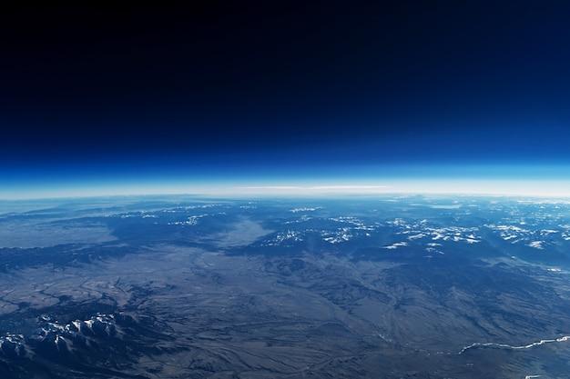 L'atmosphère terrestre depuis l'espace sur un fond sombre les éléments de cette image ont été fournis par la nasa