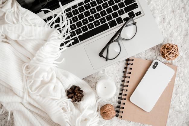 Atmosphère de travail confortable avec ordinateur portable et téléphone