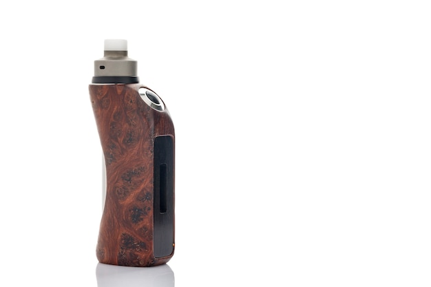 Atomiseur dégoulinant reconstructible haut de gamme avec mods de boîte régulée en loupe de séquoia stabilisée isolés sur fond de texture blanche, appareil de vapotage