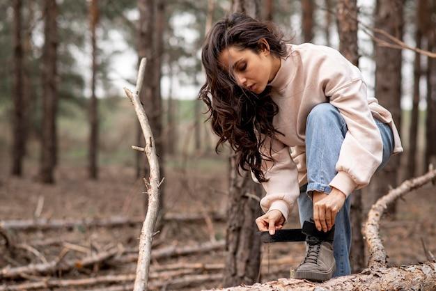 Attacher les lacets des chaussures féminines