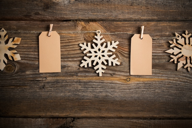 Attacher le papier à la corde avec des épingles à linge sur fond de bois