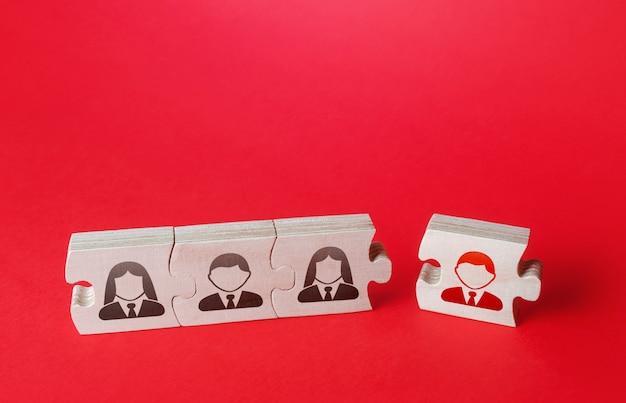 Attacher un puzzle à une assemblée un nouvel employé recruter des spécialistes candidats pour un nouveau projet team building et créer des liens augmenter le personnel de l'entreprise