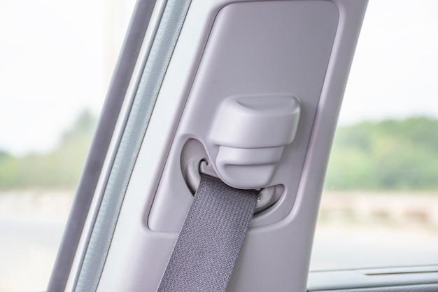 Attachez le bouton de ceinture de sécurité pour régler dans une voiture.
