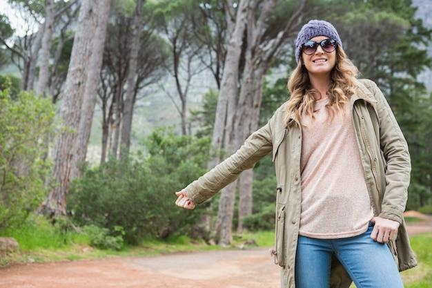Attelage randonnée femme avec lunettes de soleil