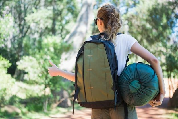 Attelage de randonnée femme avec sac de couchage