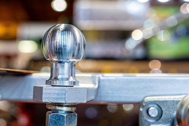 Attelage de remorque neuf et brillant ou attelage de remorque au magasin d'accessoires automobiles