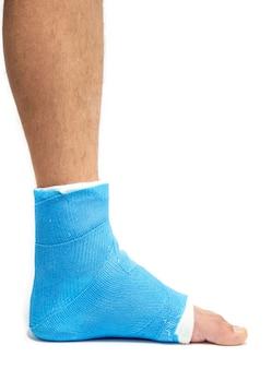 Attelle de cheville bleue. jambe bandée moulée sur patient masculin isolé. concept de blessure sportive.