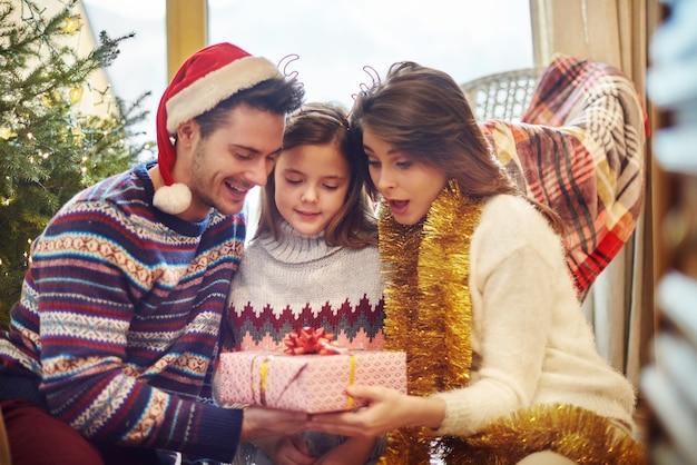 En attendant la grande surprise se cacher dans un cadeau