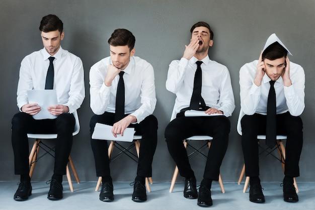 En attendant son tour. collage de jeune homme d'affaires en chemise et cravate exprimant différentes émotions