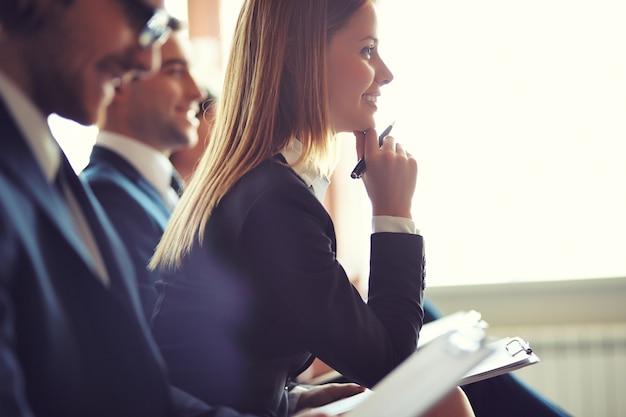 L'attention de la direction de payer lors d'une réunion