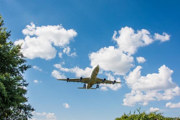 Atterrissage d'avion. nuages et fond de ciel bleu, avec copie espace