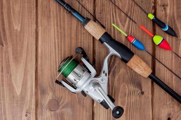 Attirail de pêche canne à pêche flotteur de pêche et leurres sur beau bois bleu
