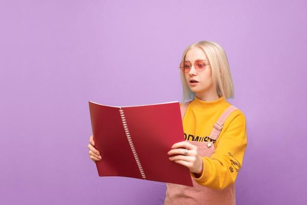 Attiré femme émotionnelle avec des livres et des cahiers dans ses mains