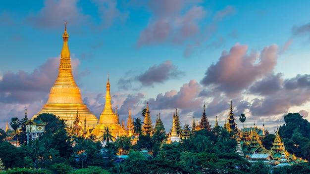 Attraction de la pagode à yagon city avec fond de ciel bleu