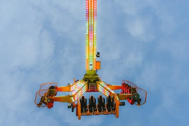 Attraction de parc d'attractions, concept de vitesse et de vertige.