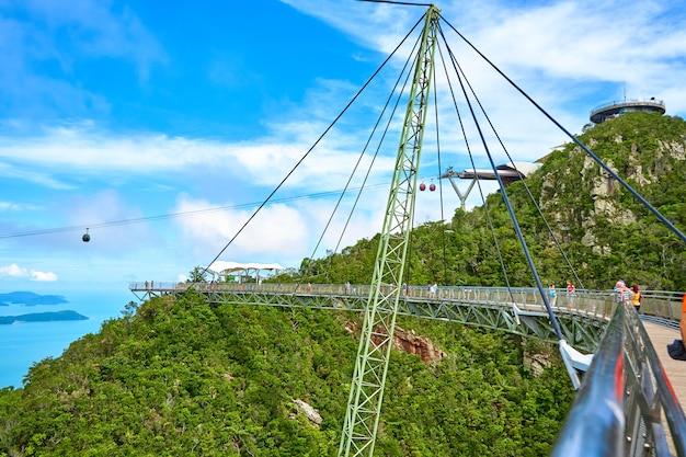 Attraction touristique populaire. pont sur l'abîme sur un pilier. langkawi, malaisie - 07.08.2020