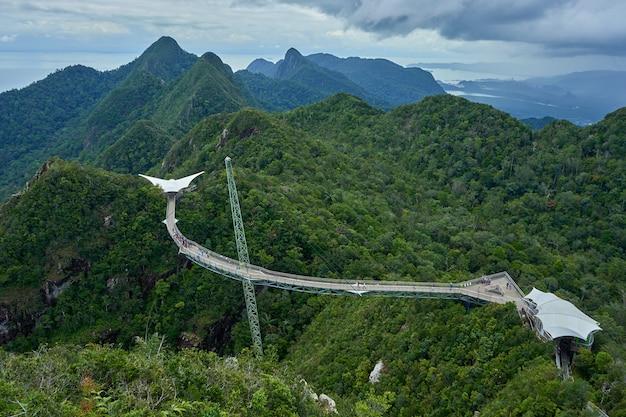 Attraction touristique populaire. pont sur l'abîme sur un pilier.