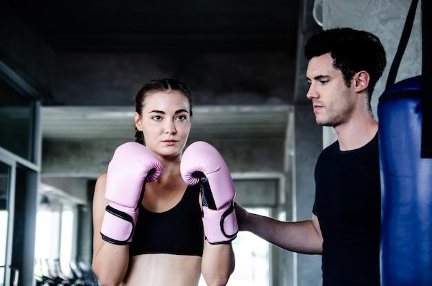 Attractive boxer femme à l'entraînement dans la salle de gym