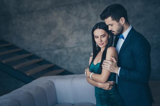 Attractive couple glamour posant ensemble