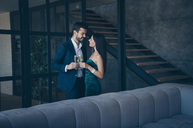 Attractive couple glamour posant à l'intérieur