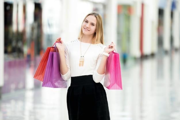 Attractive féminine jouissant de shopping
