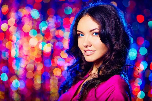 Attractive femme dans une discothèque